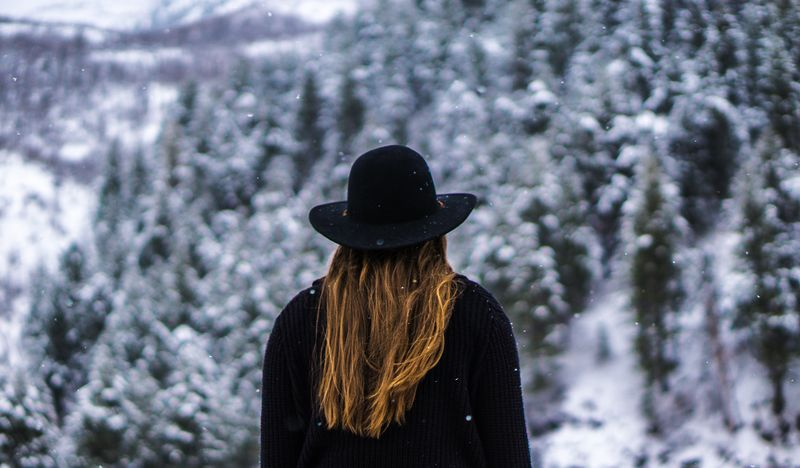 photo of girls on snow with hats № 18385